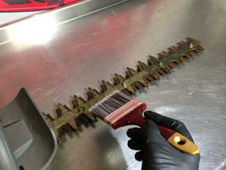 Hedge trimmer blade lube