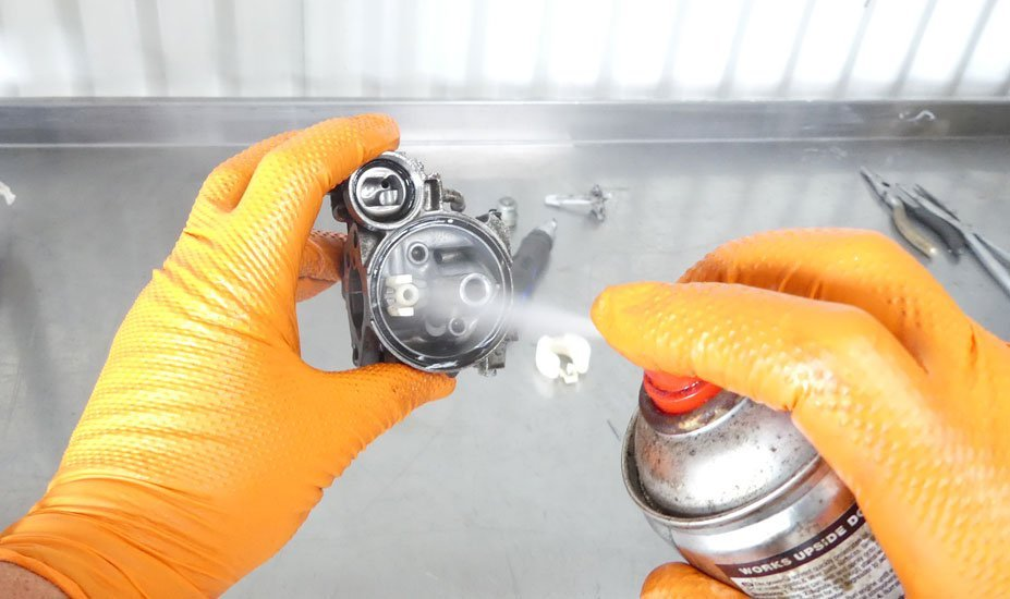 Spray carburetor with cleaner
